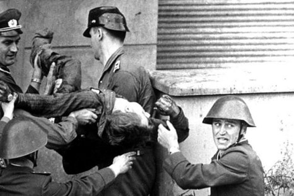 East German guards carry the dead body of Peter Fechter.